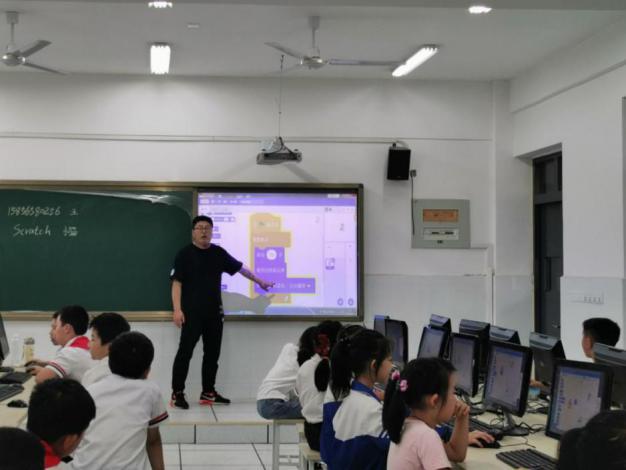 合肥市和平小学第四小学为学生开设人工智能创新社团
